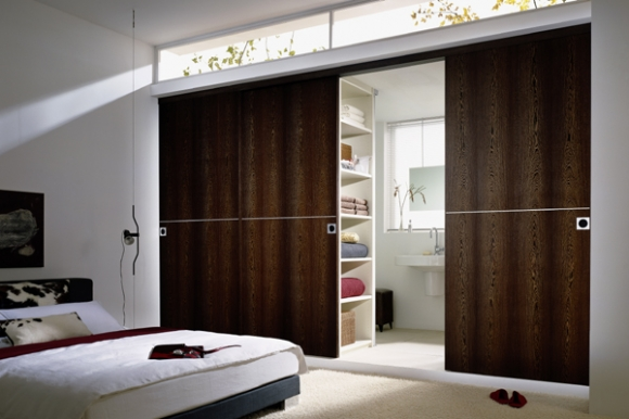 Конструктивная сборка системы раздвижных дверей обеспечивает трансформацию помещения, создавая таким образом...